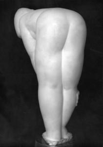 Voorovergebogen vrouw  1933, wit marmer, 37,5 x 12,5 x 25 cm Gent, part. coll.